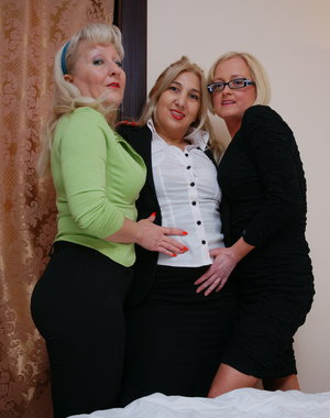 Let these three mature lesbians show you how its done