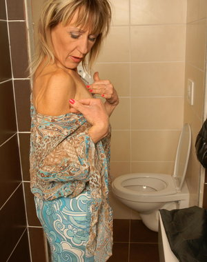 Mature slut playing kinky toilet games