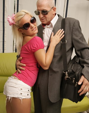 Horny old man doing a hot blonde babe