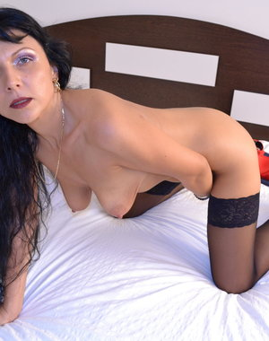 Hot houseiwfe gringding on her bed