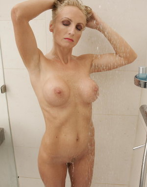 Hot babe doing a blonde MILF in the bathroom