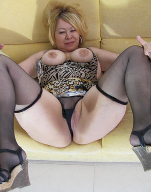 Chubby mature slut playing on her couch