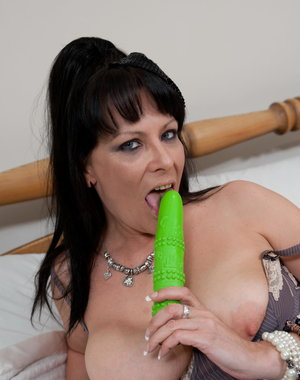 Kinky mature slut playing with her green dildo