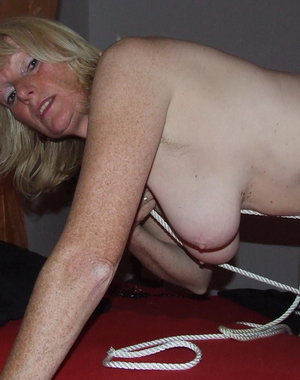 Kinky mama loves to play bondage games