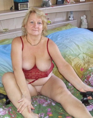 Naughty housewife Rosi gets frisky on her bed
