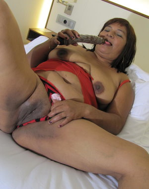 This naughty mama goes down on herself