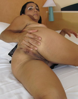 Horny mature slut Paloma loves getting to a climax