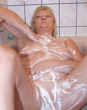 This mature slut gets dirty under the shower