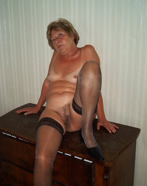 Mature lady loves to get undressed for the camera