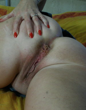 Chubby mature slut showing her luscious ass
