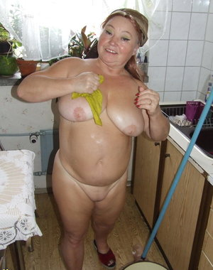 Amateur cleaning mature slut makes it into a naughty mess