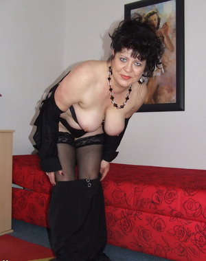 Chubby amateur mature slut takes it all off