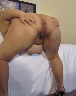 Chubby mama playing with herself using a dildo