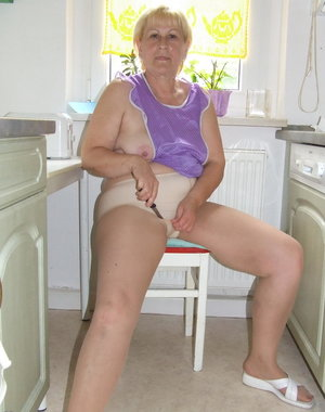 Amateur mature slut cleaning the kitchen