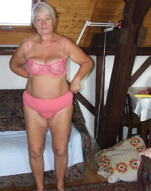 Amateur mature lady shaving her pussy on the attic