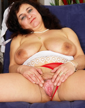 This horny mama plays with herself