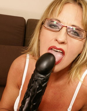 This horny mature slut cannot hold her cum