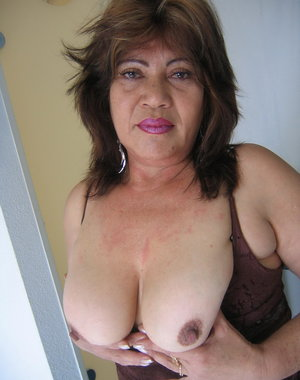 This horny mama loves showing her kinky stuff
