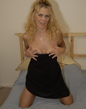 This blonde mature sexmachine loves to get fisted