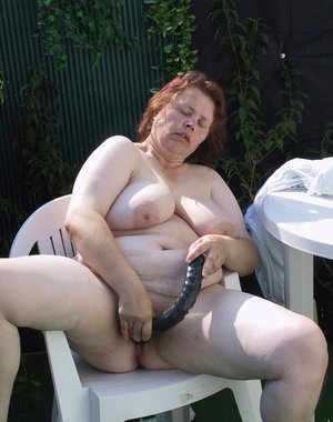 Big chunky mature slut playing in the garden