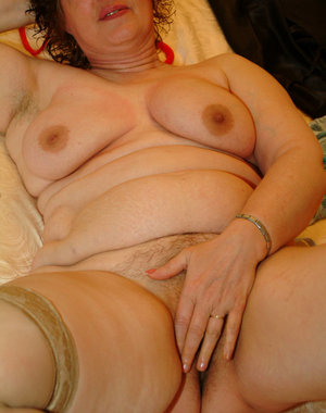 This chunky mature slut sure loves playing with herself