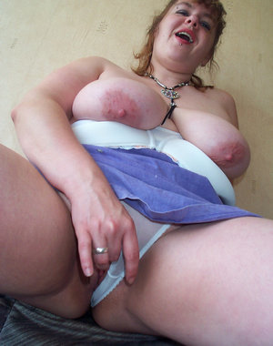Chunky mature slut loving to show you her things