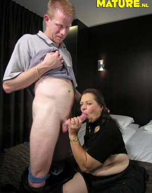 Horny mature mama sucking and fucking in a hotelroom