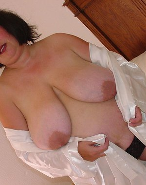 Chunky mature housewife showing off her luscious body