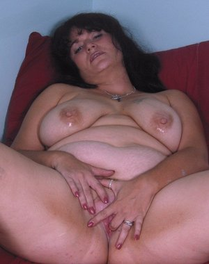 Hot chunky mature slut posing on her bed