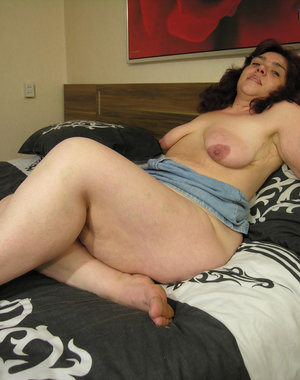 Chunky mature chick showing her full body