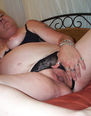 Mature trashy slut in dildo action