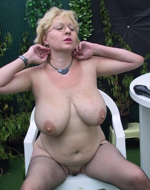 Huge titted mature slut showing her qualities