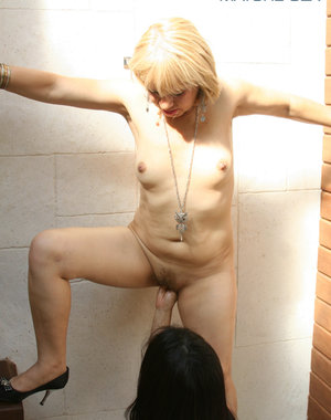 Hot mature slut in deep fisting action