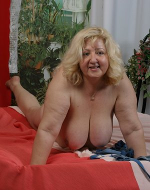 Fat mature blondie having dildo fun