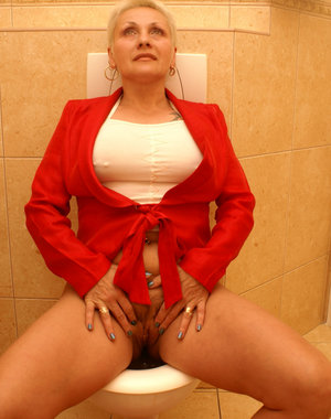 This mature slut gets taken on a public toilet