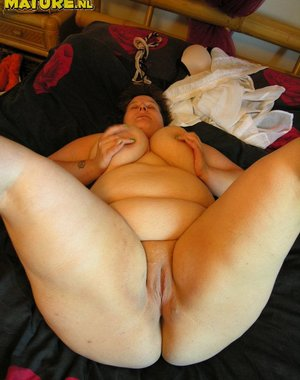 Horny big mature nympho playing with herself