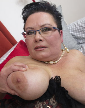 Naughty mature BBW fooling around with her toy boy