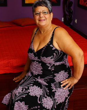 Chubby mature lady playing with herself on bed