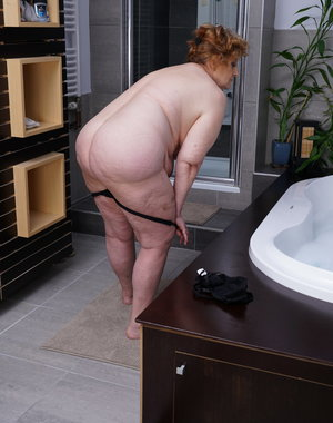 This big mature lady loves taking a bath