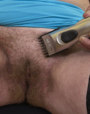 hairy mature lady shaving her pussy