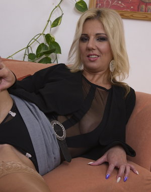 Steamy housewife does it all by herself