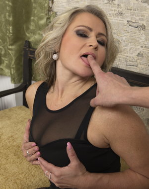 Hot MILF going POV style