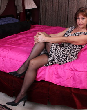 Horny mature American lady playing on bed
