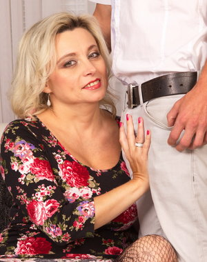Hot MILF doing the guy next door