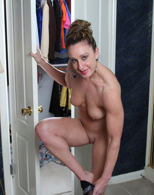 Muscled American housewife gets wet