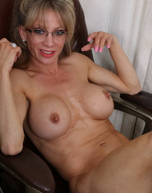 Horny American housewife loves getting wet by herself