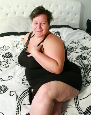 chunky mature lady showing her curves