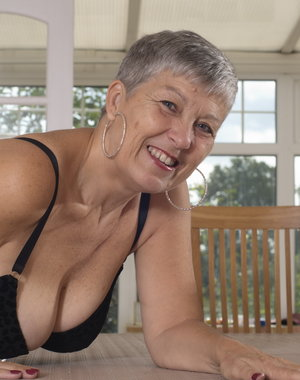 This British mature woman loves to get naked and frisky