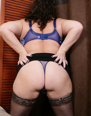 Chubby British mature woman playing with herself