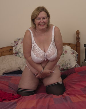 Big mature lady playing with herself